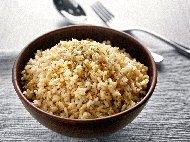 Рецепта Пикантен кафяв ориз с пилешки бульон и подправки на фурна